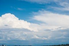 Céu azul claro bonito com camadas das nuvens brancas que voam perto Imagem de Stock Royalty Free