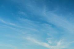 Céu azul claro com nuvens fotografia de stock royalty free