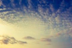 Céu azul com algumas nuvens brancas fotografia de stock