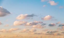 Céu azul com algumas nuvens brancas fotografia de stock royalty free