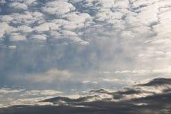 Céu azul com algumas nuvens brancas imagens de stock