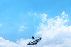 Céu azul com antena parabólica fotos de stock