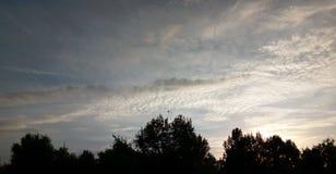 Céu azul com as nuvens em Arad, Romênia foto de stock