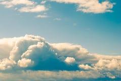 C?u azul com as nuvens escuras diferentes Manh? imagem de stock