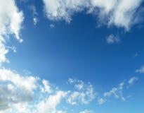 Céu azul com as nuvens macias brancas Fotografia de Stock Royalty Free