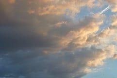 Céu azul com as nuvens no por do sol, iluminado pelo sol fotografia de stock