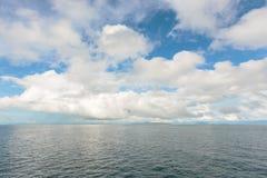 Céu azul com as nuvens sobre o mar Fotografia de Stock Royalty Free