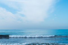 Céu azul com as nuvens sobre o mar Foto de Stock