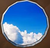 Céu azul com as nuvens vistas através da chaminé Imagem de Stock Royalty Free