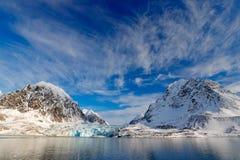 Céu azul com banquisa de gelo Paisagem bonita Água do mar fria Terra do gelo Viagem em Noruega ártica Montanha nevado branca, azu foto de stock