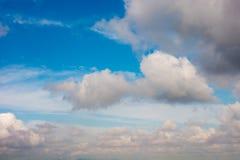Céu azul com branco e nuvens foto de stock