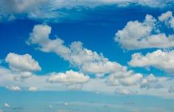 Céu azul com branco e nuvens imagens de stock