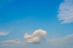 Céu azul com close up da nuvem Imagens de Stock