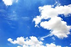 Céu azul com close up das nuvens Imagem de Stock Royalty Free