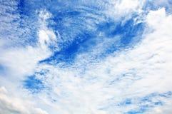 Céu azul com close up das nuvens fotos de stock royalty free