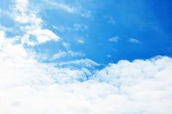 Céu azul com close up das nuvens fotografia de stock