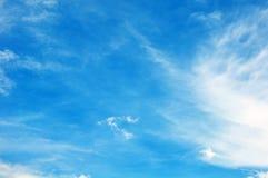 Céu azul com close up das nuvens Foto de Stock