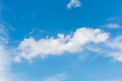 Céu azul com close up das nuvens Fotos de Stock