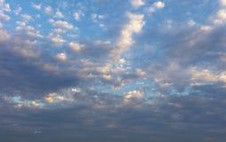 céu azul com fundo das nuvens Fotos de Stock