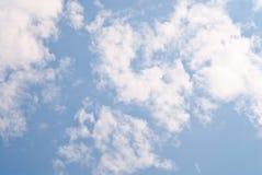 Céu azul com fundo encaracolado branco das nuvens Imagem de Stock Royalty Free