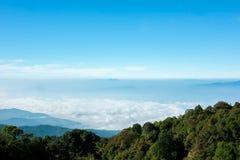 Céu azul com montanhas Foto de Stock