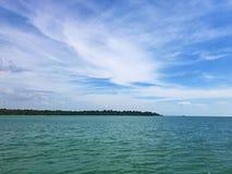 Céu azul com nuvem e mar verde com ilha Imagem de Stock