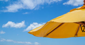 Céu azul com nuvem macia e o guarda-chuva amarelo Imagens de Stock Royalty Free