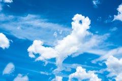 Céu azul com a nuvem no tempo do dia Imagens de Stock