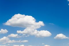 Céu azul com nuvens 2 do branco Imagens de Stock