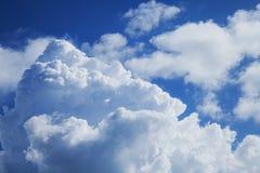 Céu azul com nuvens fotos de stock royalty free