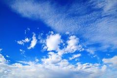 Céu azul com nuvens bonitas Fotos de Stock