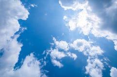 Céu azul com nuvens bonitas foto de stock