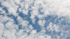 Céu azul com nuvens bonitas Céu azul para o fundo Imagem de Stock