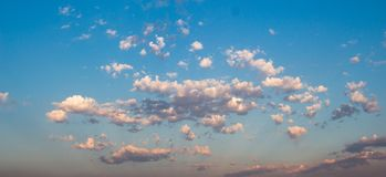 Céu azul com nuvens brancas imagens de stock royalty free