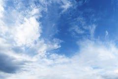 Céu azul com nuvens brancas foto de stock royalty free