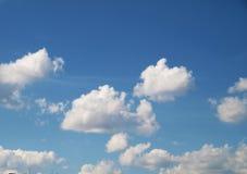 Céu azul com nuvens brancas Fotos de Stock Royalty Free
