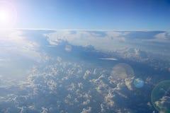 Céu azul com nuvens brancas Vôo sobre nuvens Abismo celestial fotografia de stock