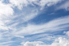 Céu azul com nuvens Dia de esclarecimento e bom tempo na manhã fotos de stock royalty free