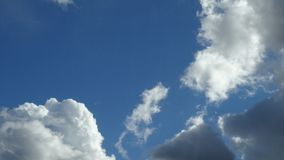 Céu azul com nuvens diferentes Fotografia de Stock Royalty Free