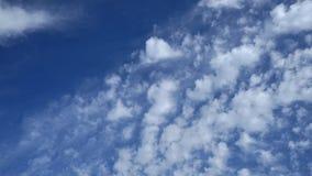 Céu azul com nuvens e sol Imagens de Stock