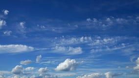Céu azul com nuvens e sol Imagem de Stock