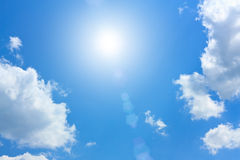 Céu azul com nuvens e Sun de Cumulus fotografia de stock royalty free