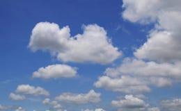 Céu azul com nuvens em um verão Fotos de Stock