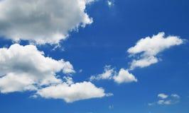 Céu azul com nuvens em um verão Imagem de Stock