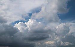 Céu azul com nuvens em um verão Foto de Stock