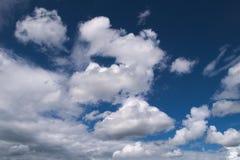 Céu azul com nuvens em um verão Foto de Stock Royalty Free