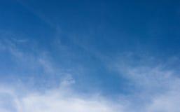 Céu azul com nuvens Fundo do céu Fotos de Stock Royalty Free