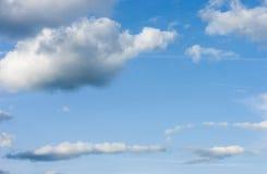 Céu azul com nuvens Nuvens no céu azul Imagens de Stock Royalty Free