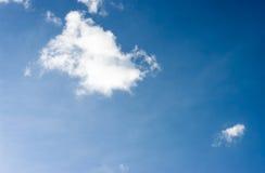 Céu azul com nuvens Nuvens no céu azul Fotos de Stock