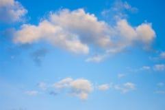 Céu azul com nuvens Nuvens no céu azul Fotos de Stock Royalty Free